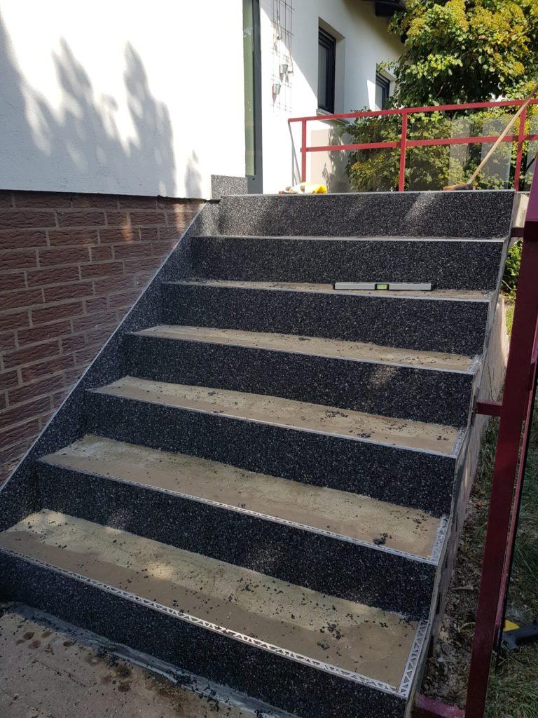Halb sanierte Treppe