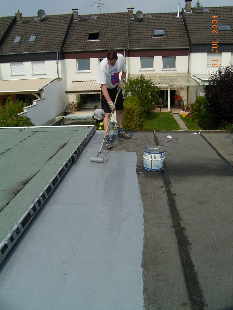 Die Beschichtung wird per Rolle auf das Flachdach aufgetragen