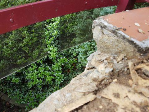 Beschädigter Beton auf Balkon