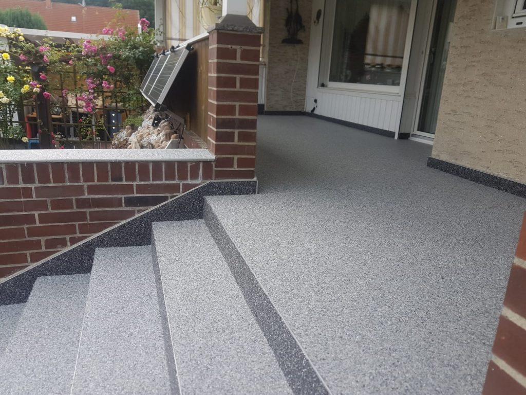 Sanierte Terrasse mit Treppe