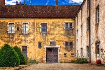 Altes Haus mit beschädigter Fassade