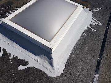 Abgedichtete Lichtkuppel auf einem Flachdach