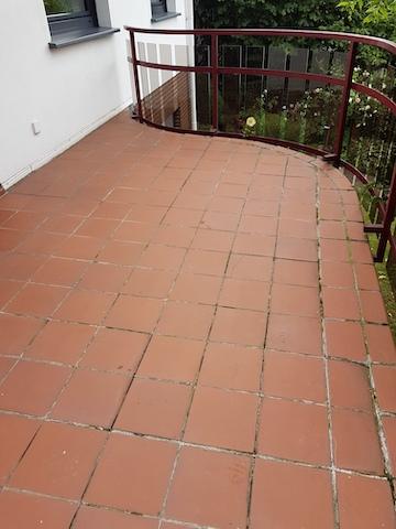 Ein Balkon mit älteren unansehnlichen Fliesen als Bodenbelag