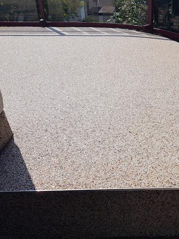 Der Steinteppich ist komplett auf dem Balkon aufgetragen