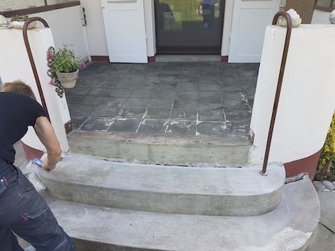Die Eingangstreppe wird grundiert