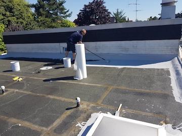 Beschichtung wird auf Flachdach aufgetragen