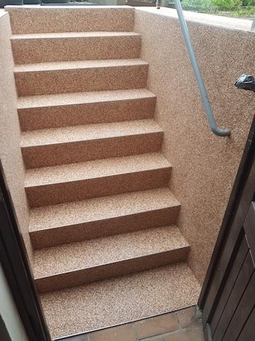 Die Kellertreppe wurde komplett mit einem Steinteppich beschichtet