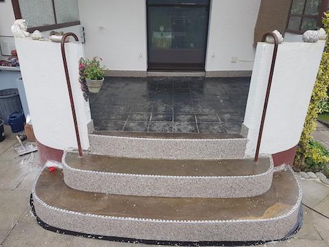 Marmorkies wurde an den Treppenstufen der Eingangstreppe angebracht