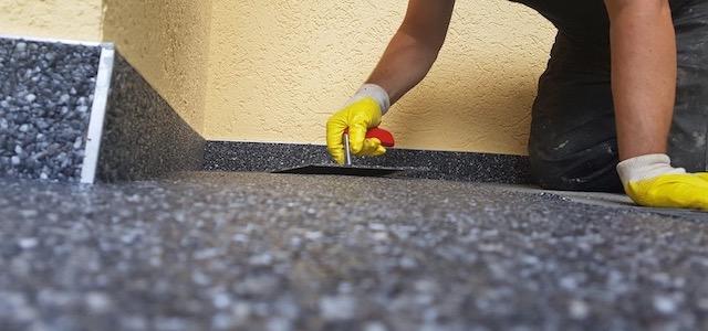 Steinteppich aus Marmorkies wird verspachtelt