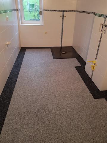 Steinteppich als Bodenbelag im Badezimmer
