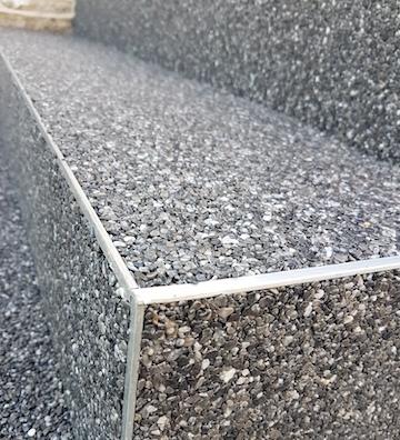 Steinteppich auf einer Treppe mit Marmorkies