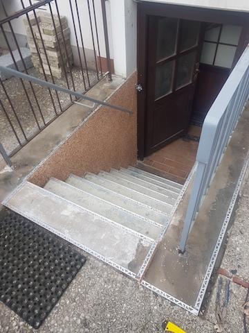 Die Seiten der Kellertreppe wurden mit Steinteppich beschichtet