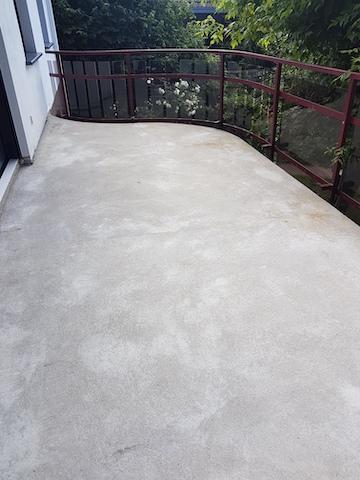 Grundierter Balkonboden vor dem Verspachteln des Steinteppich