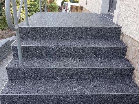Mit grauem Steinteppich sanierte Treppe im Raum Wolfsburg