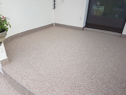 Sanierter Eingangs-Podest mit Steinteppich